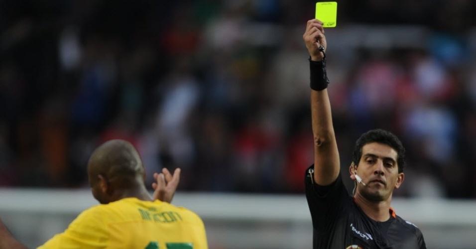 Maicon recebe cartão amarelo durante as quartas de final contra o Paraguai na Copa América (17/07/2011)