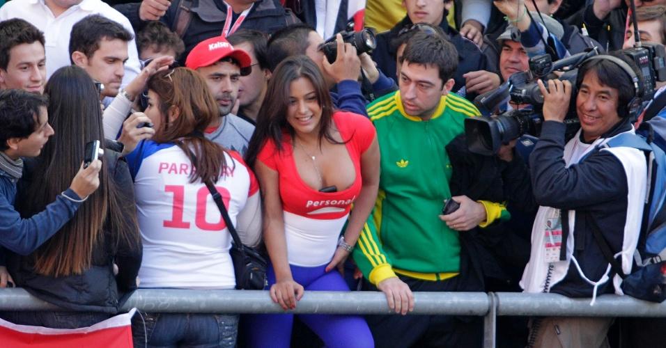 Mais famosa torcedora paraguaia, Larissa Riquelme causa tumulto nas arquibancadas do estádio Ciudad La Plata, onde a seleção enfrenta o Brasil pelas quartas de final da Copa América (17/07/2011)