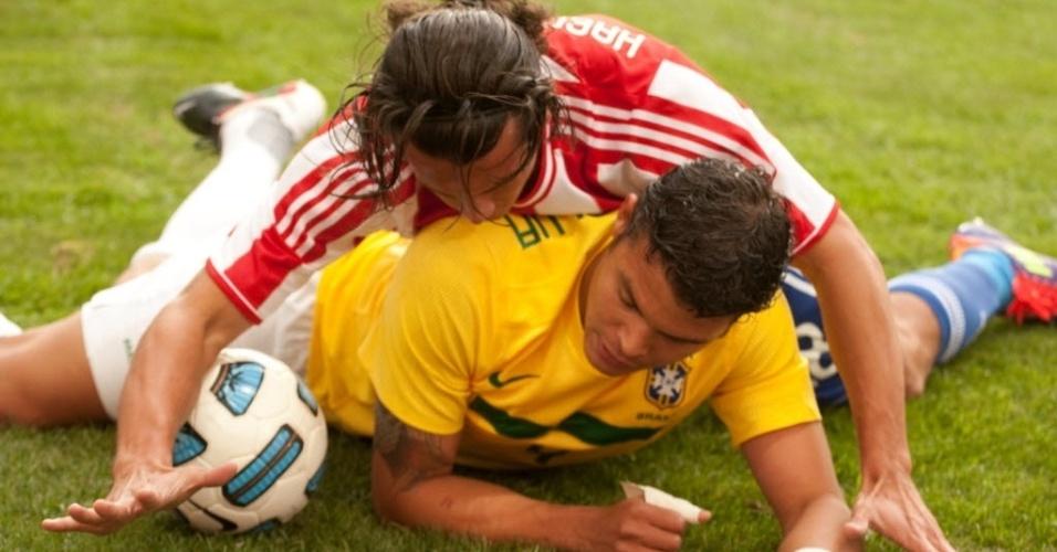 Nelson Haedo Valdez cai por cima de Thiago Silva durante dividida no jogo entre Brasil e Paraguai em La Plata (17/07/2011)