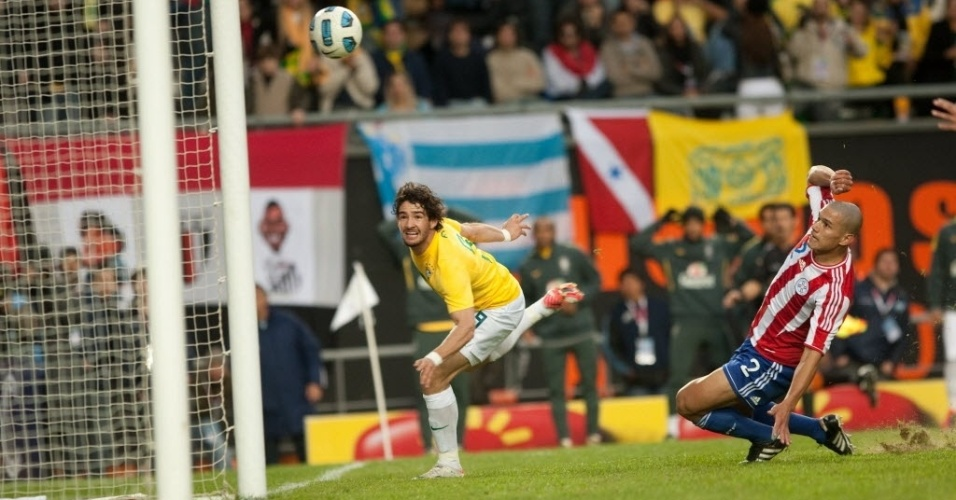 Pato busca oportunidade de gol dentro da área contra o Paraguai nas quartas de final da Copa América (17/07/2011)