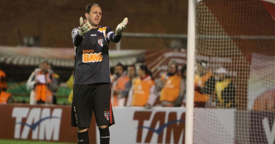 Rogério Ceni reclama com a arbitragem durante a partida com o Inter, em Porto Alegre