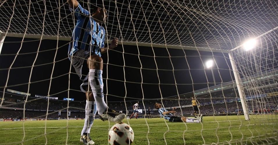 Neuton busca bola na rede após gol da Universidad Catolica, que eliminou o Grêmio com duas vitórias nas oitavas da Libertadores