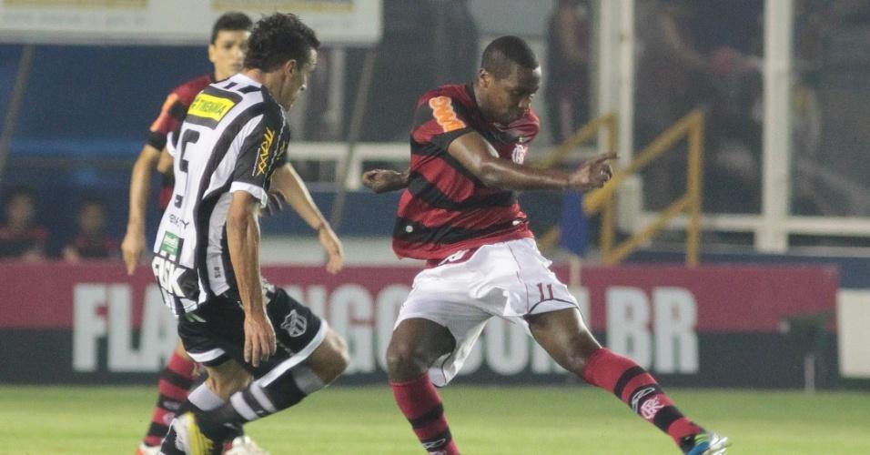 Renato Abreu tenta se livrar da marcação do Ceará no empate por 1 a 1 do Flamengo em Macaé