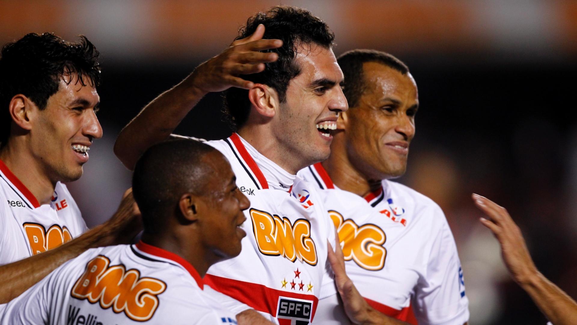 Rhodolfo comemora o primeiro gol do São Paulo com Wellington e Rivaldo