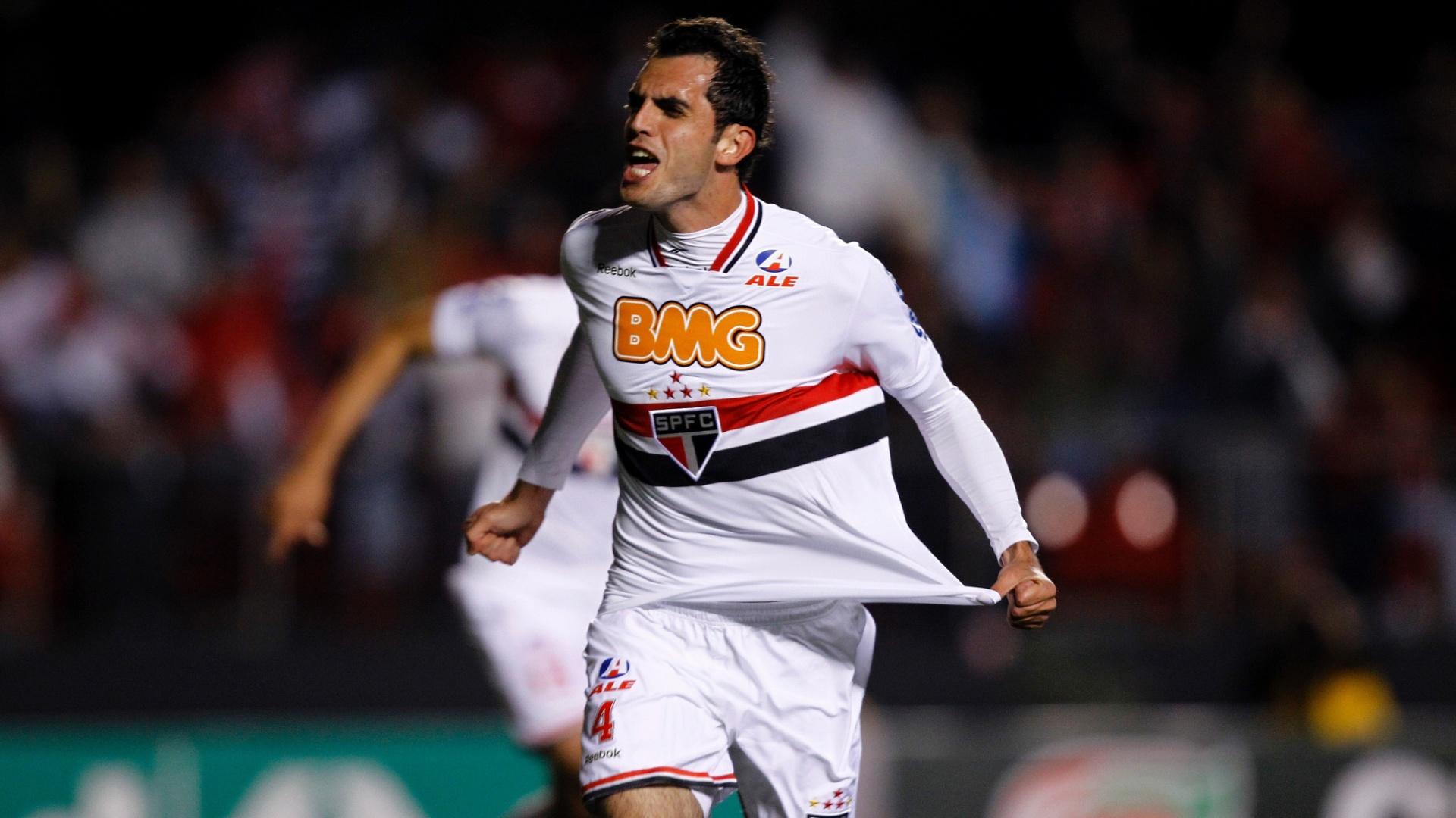 Rhodolfo comemora o primeiro gol do São Paulo na partida
