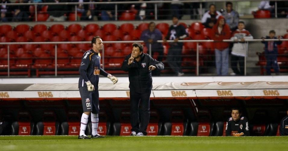 Rogério Ceni ouve instruções de Adílson Batista na beira do gramado