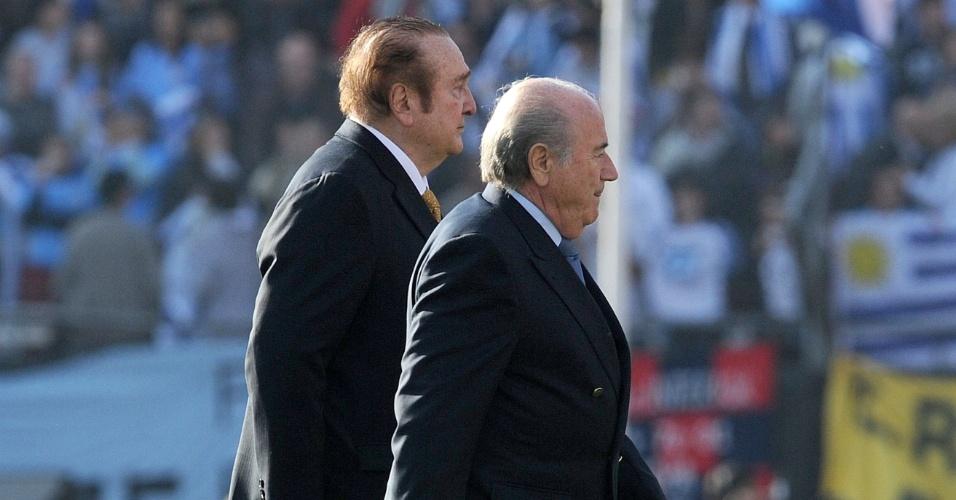 Antes do início da final da Copa América, Nicolas Leóz, presidente da Conmebol, e Joseph Blatter, presidente da Fifa, caminham pelo gramado