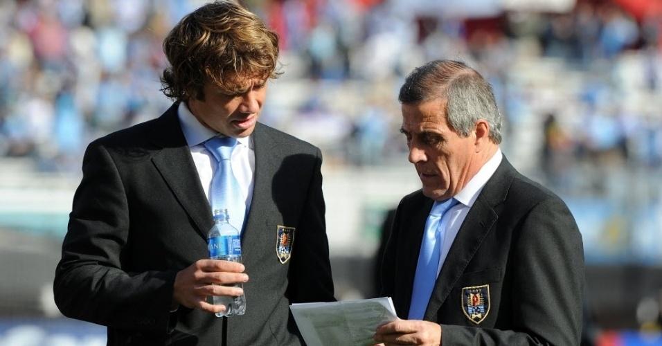 Capitão do Uruguai, Diego Lugano conversa com o técnico Oscar Tabarez antes da final da Copa América
