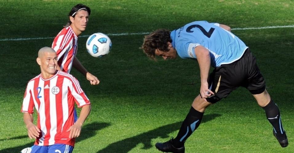 Diego Lugano, capitão do Uruguai, se estica para cabecear a bola na final contra o Paraguai