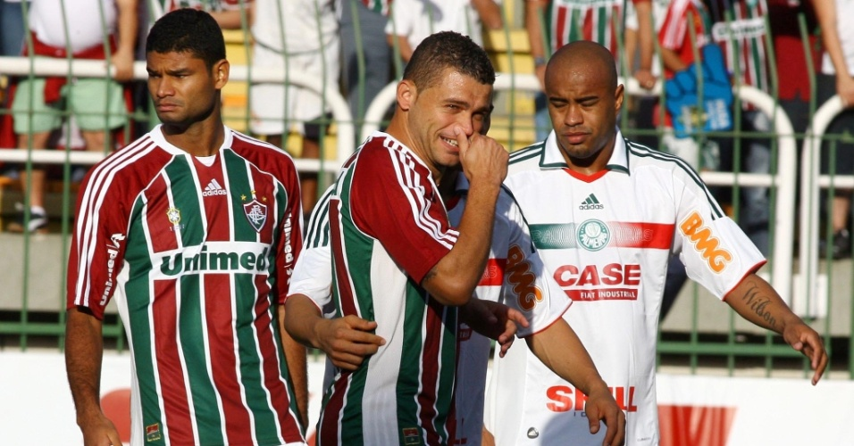 Edinho sorri com Marcos Assunção ao fundo no Raulino de Oliveira