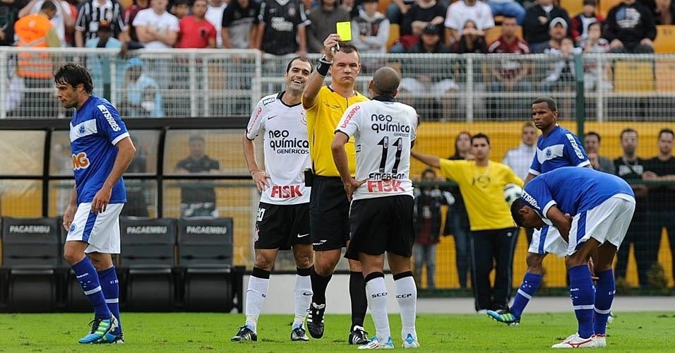 Émerson recebe cartão amarelo durante o jogo entre Corinthians e Cruzeiro (24/07/11)