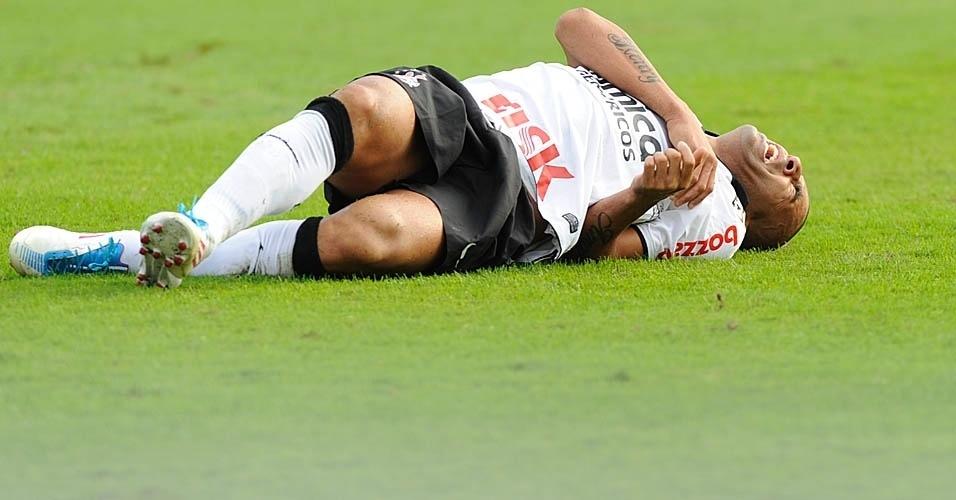 Émerson sofre falta dura na partida entre Corinthians e Cruzeiro (23/07/11)