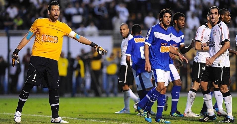 Goleiro Fábio orienta defesa do Cruzeiro em partida contra o Corinthians (24/07/11)