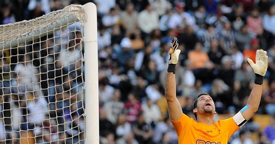 Goleiro Fábio vibra com o gol do Cruzeiro sobre o Corinthians no Pacaembu (24/07/11)