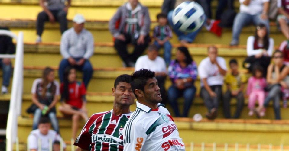 Gum e Luan disputam a bola de cabeça no ataque palmeirense