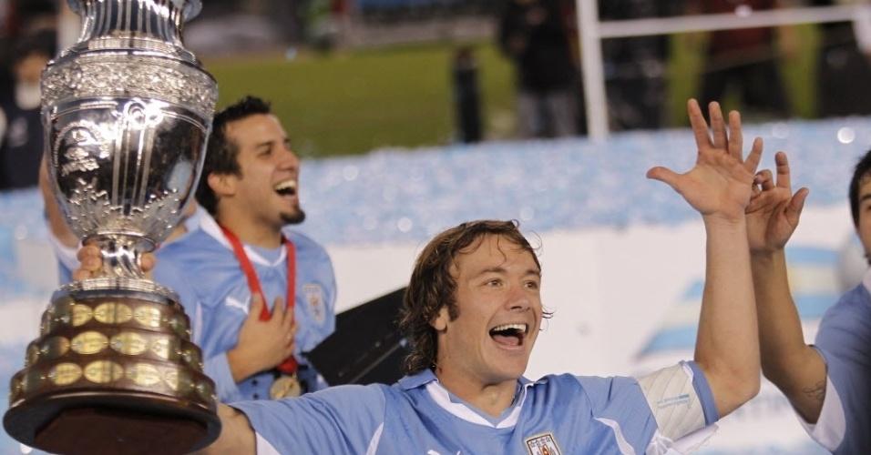 Lugano celebra a conquista da Copa América pelo Uruguai ao lado de seus companheiros de seleção