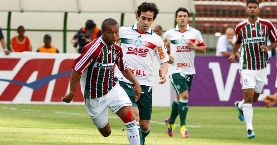 Mariano passa pela marcação de Valdivia observado por Kleber e Gum