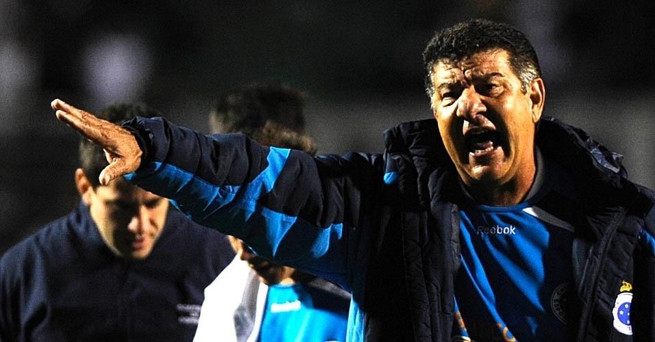 Técnico Joel Santana esbraveja com jogadores do Cruzeiro na partida contra o Corinthians (24/07/11)