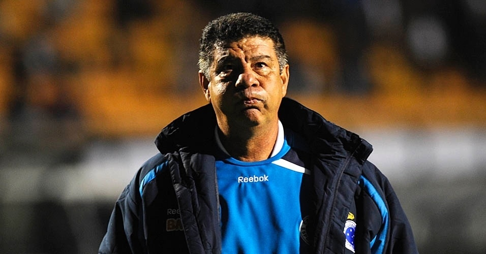 Técnico Joel Santana observa seus comandados na partida entre Cruzeiro e Corinthians (24/07/11)