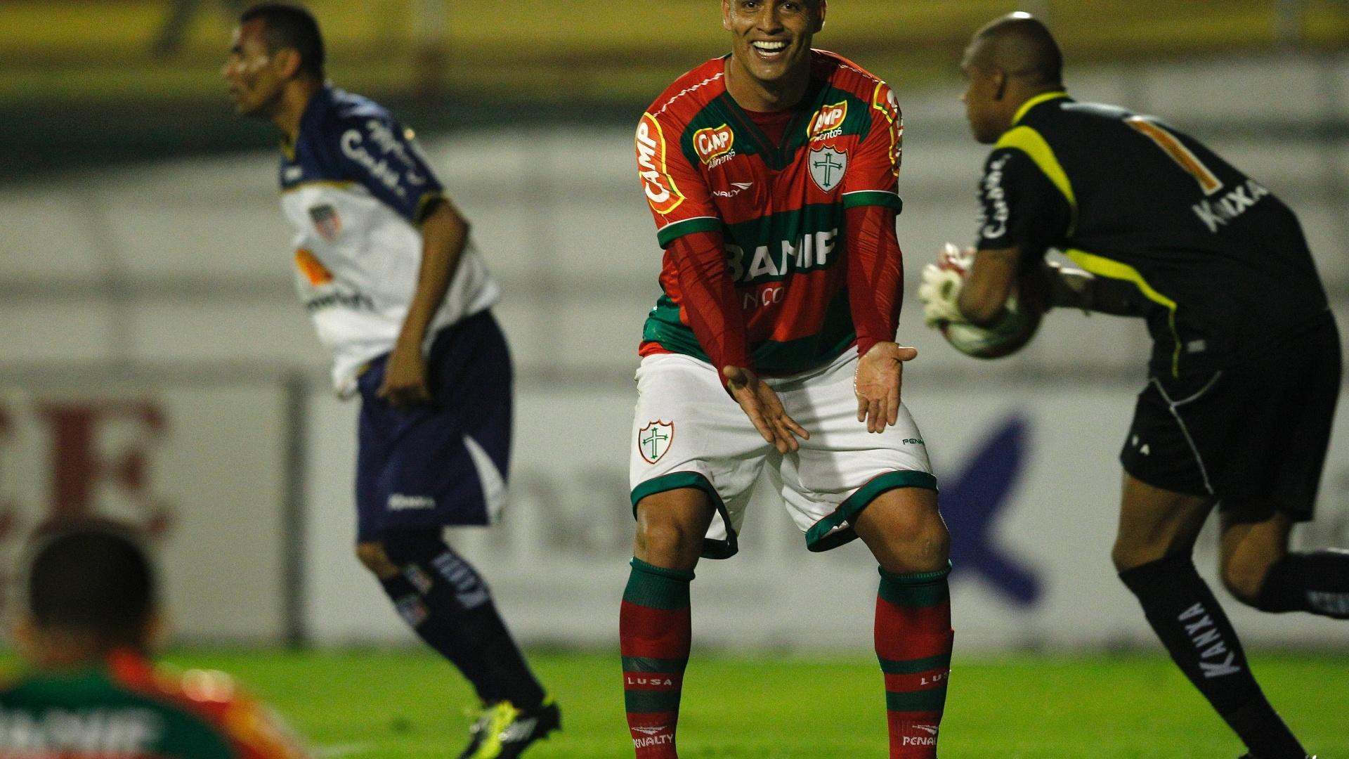 Artilheiro da líder Portuguesa na Série B, Edno gesticula no empate com o Americana, no Canindé (26/07/2011)