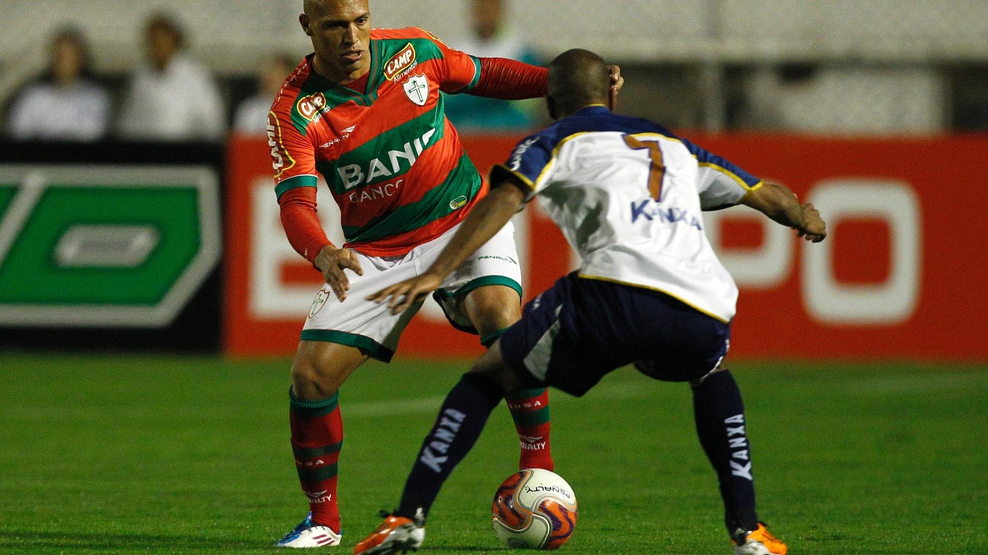 Edno tenta passar pela marcação de Henrique em jogo contra o Americana (26/07/2011)