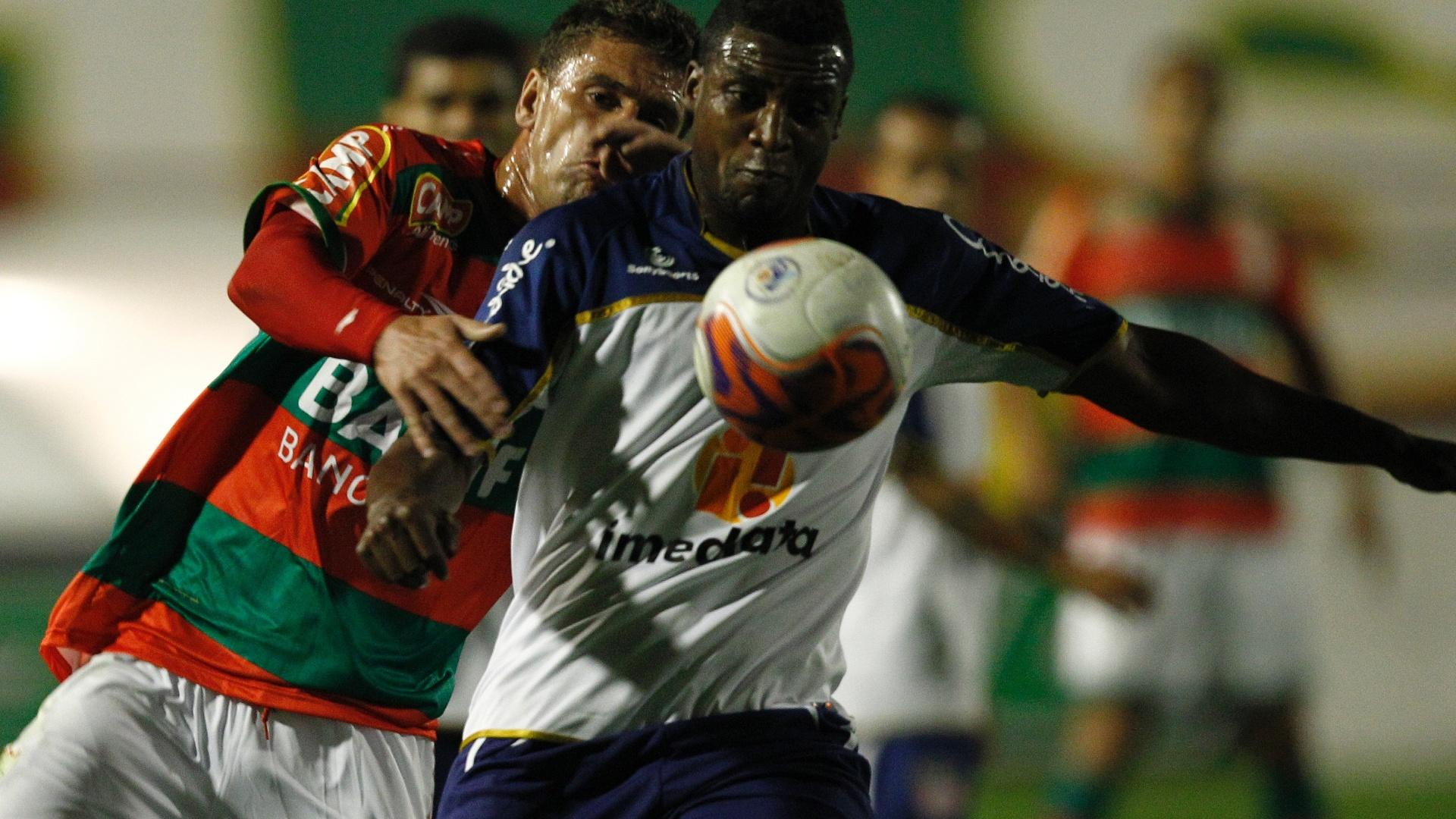 Fernandinho tenta jogada pelo Americana em jogo contra a líder Portuguesa (26/07/2011)