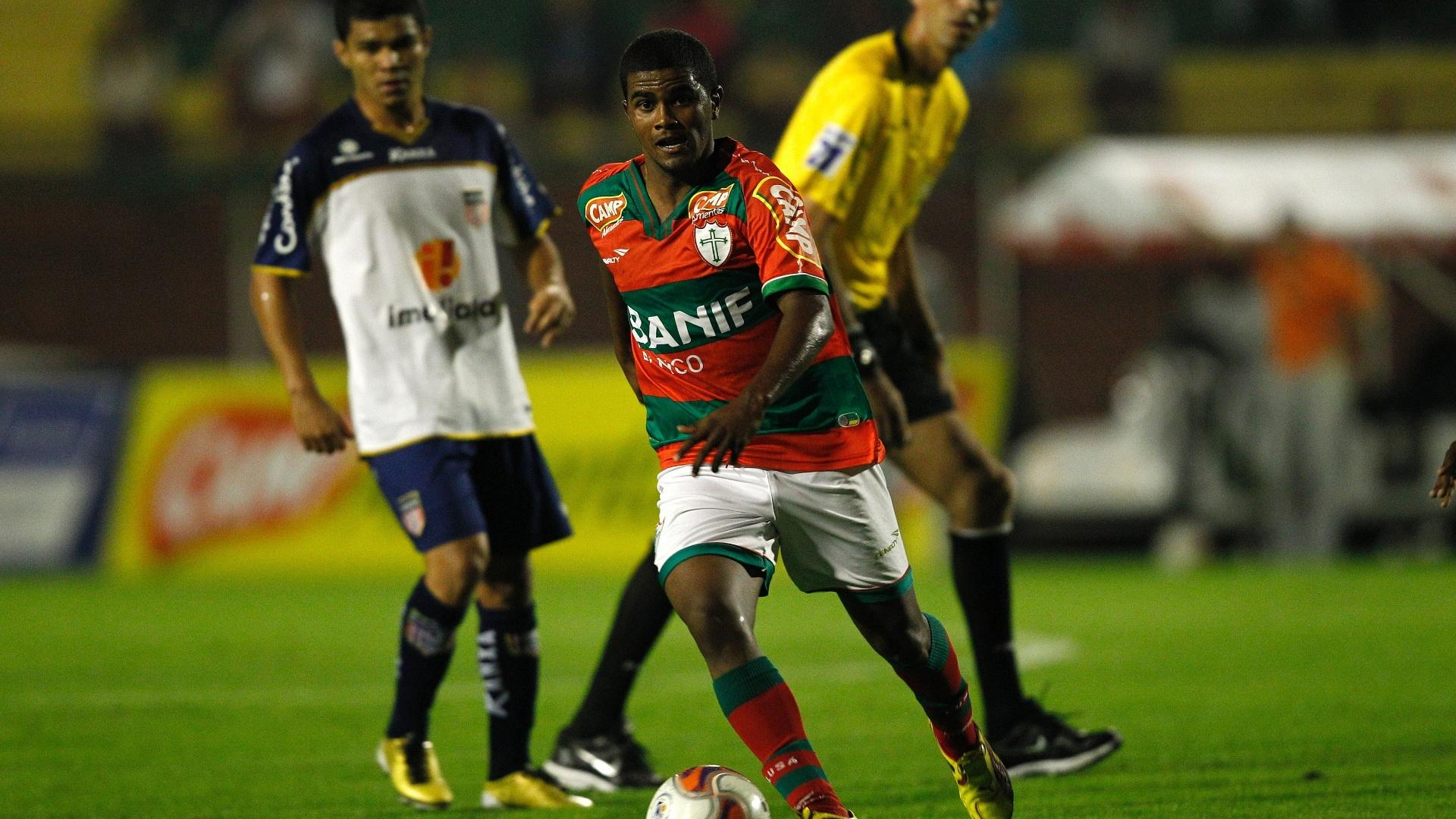 Henrique tenta jogada pela Portuguesa no empate sem gols com o Americana (26/07/2011)