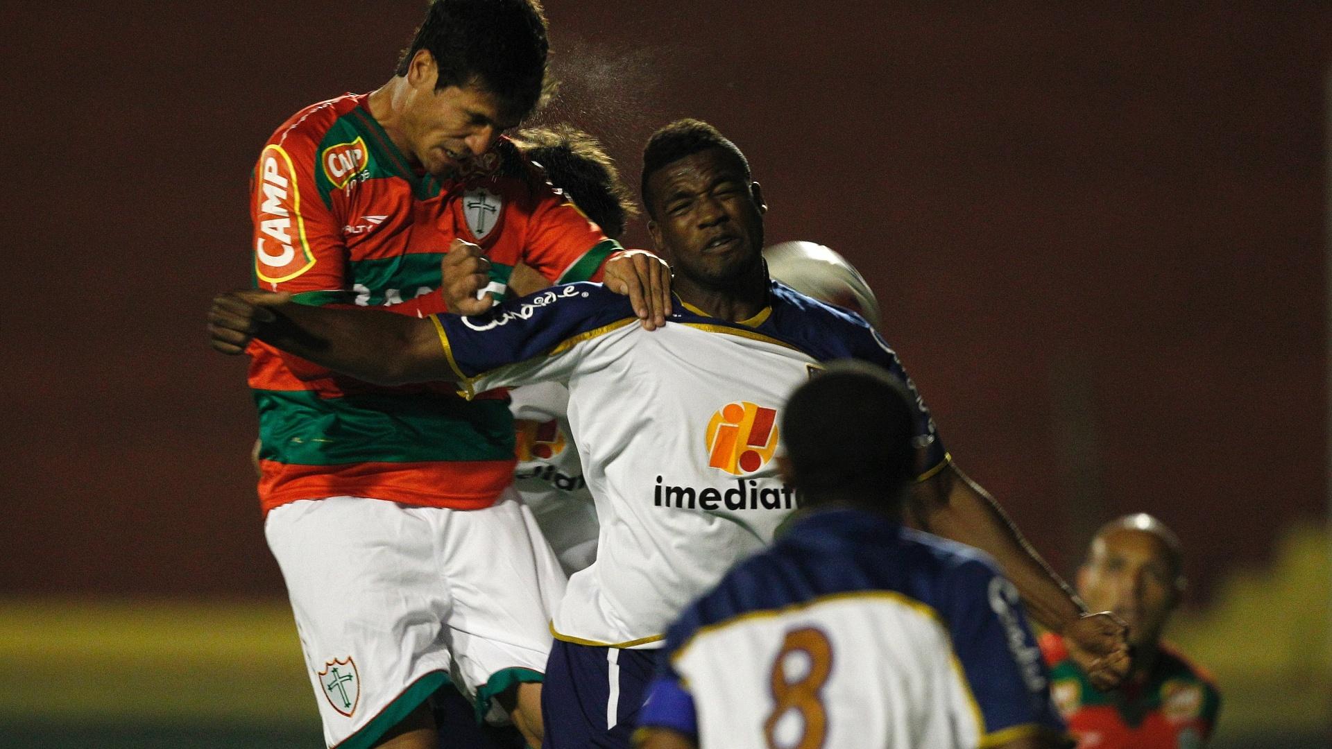 Ivo, da Portuguesa, disputa bola com a zaga do Americana em partida válida pela 13ª rodada da Série B (26/07/2011)