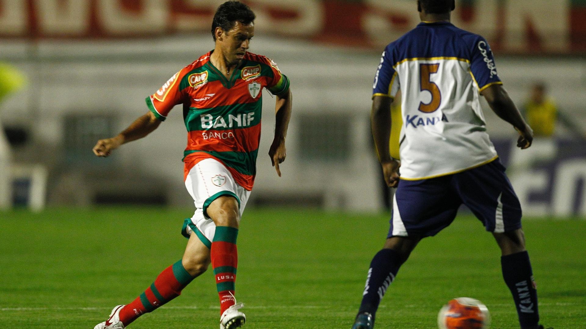 Marco Antônio carrega a bola pela Portuguesa no jogo contra o Americana (26/07/2011)