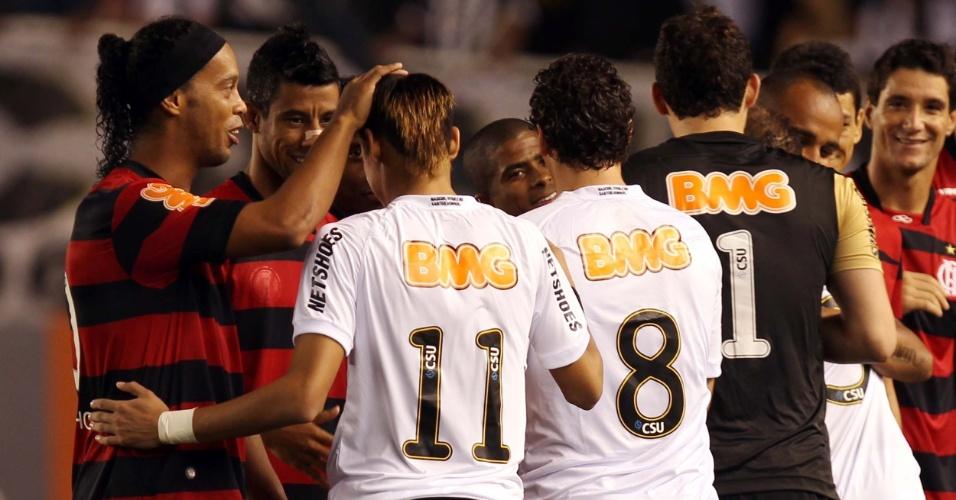 Flamenguistas Ronaldinho Gaúcho e Léo Moura brincam com novo cabelo do santista Neymar