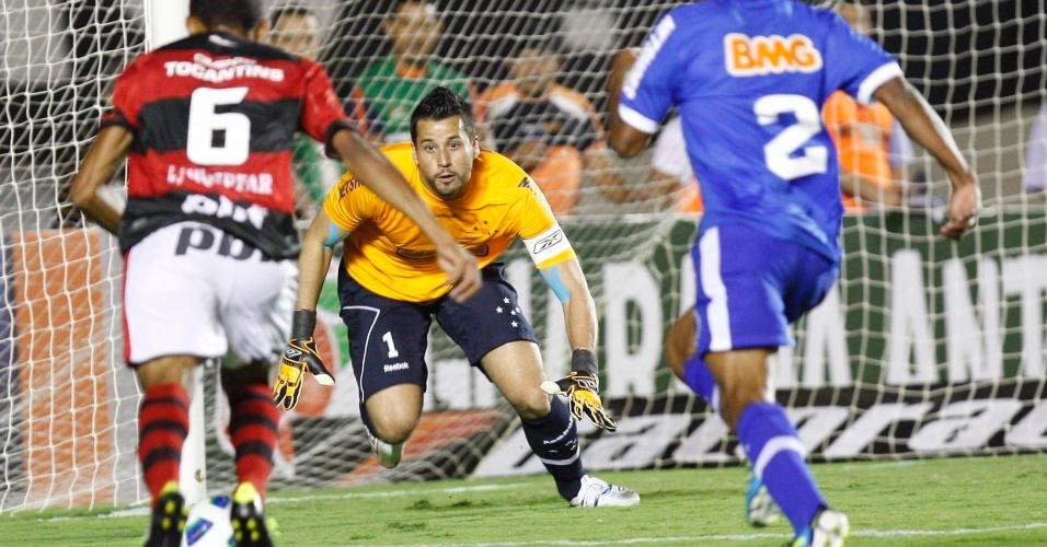 Goleiro Fábio tenta evitar finalização durante ataque do Atlético-GO; jogador criticou postura do time após o jogo