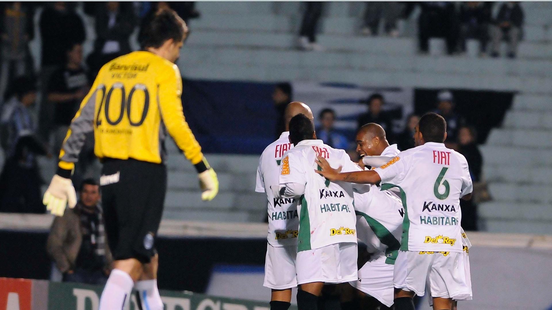 Jogadores do América-MG comemoram gol contra o Grêmio, marcado por Willian Rocha, para decepção de Victor