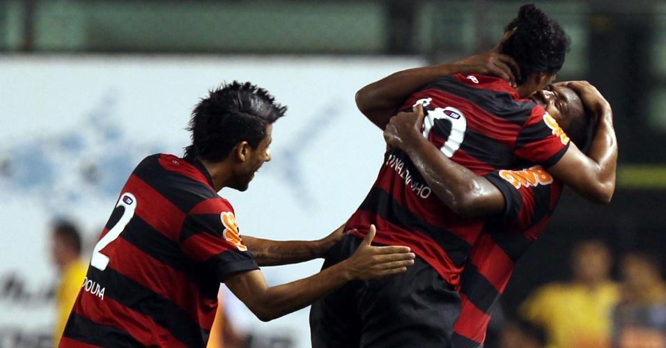 Ronaldinho Gaúcho abraça Renato Abreu e leva tapinha de Leonardo Moura em comemoração do quarto gol do Flamengo contra o Santos em jogo do Campeonato Brasileiro (27/07/2011)