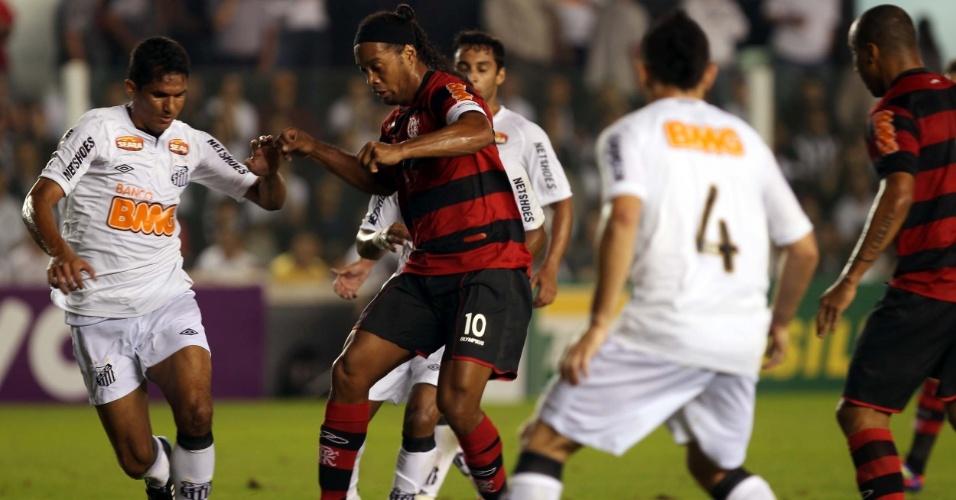 Ronaldinho Gaúcho, autor do primeiro gol do Flamengo, tenta jogada durante partida na Vila