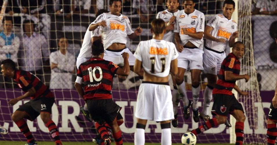 Ronaldinho Gaúcho cobra falta que resultou no seu segundo gol na Vila, o quarto do Flamengo