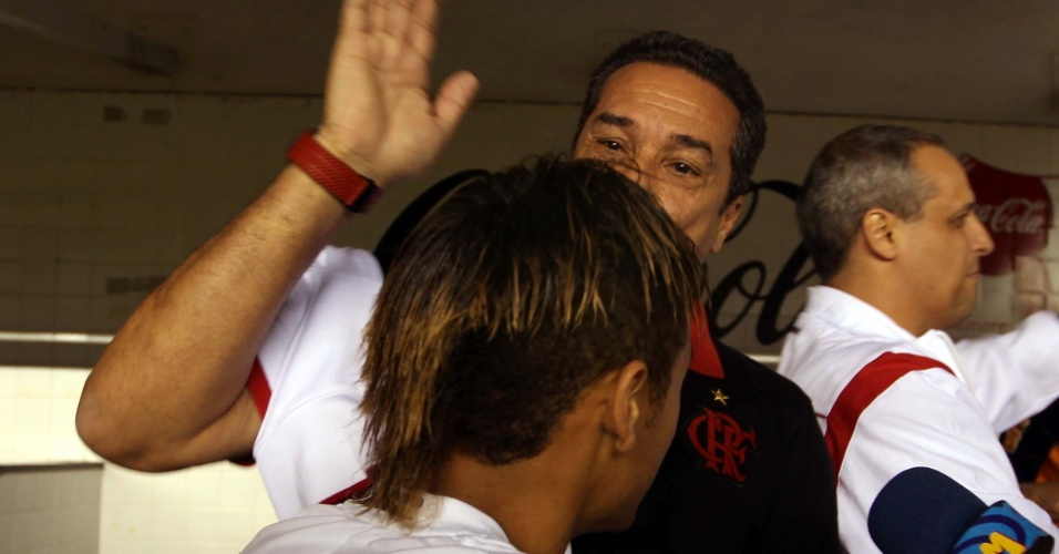 Técnico do Flamengo, Luxemburgo também brincou com o novo cabelo de Neymar antes da partida na Vila Belmiro