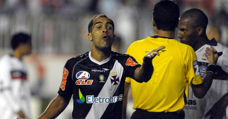 Felipe reclama, enquanto jogador do Bahia conversa com o árbitro em jogo disputado no Rio de Janeiro