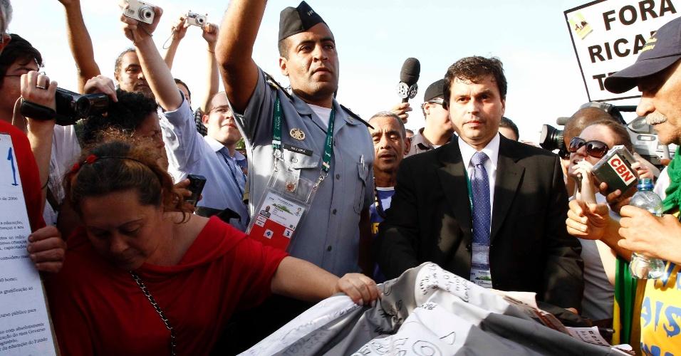 Durante a manifestação no Rio, integrante do Ministério da Justiça apareceu para ouvir as reclamações