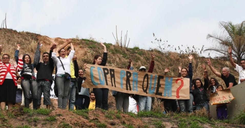 Em Itaquera, manifestação contra a Copa de 2014 levou o movimento dos sem-teto a questionar os investimentos no estádio do Corinthians (30/07/2011)