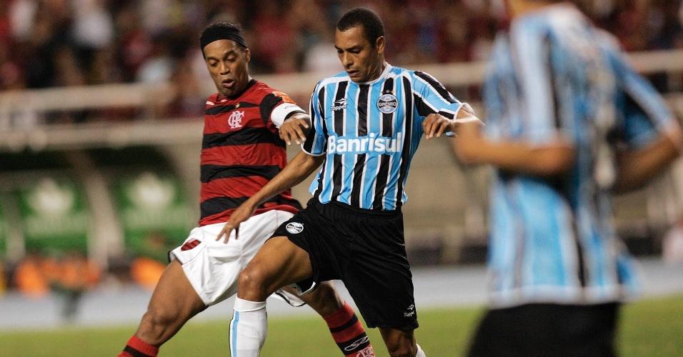 Gilberto Silva evita Ronaldinho Gaúcho durante confronto no Engenhão; Flamengo bateu Grêmio por 2 a 0