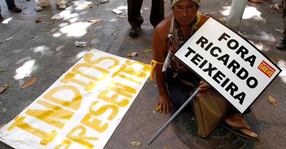 Índio segura placa contra Ricardo Teixeira durante manifestação no Rio de Janeiro (30/07/2011)
