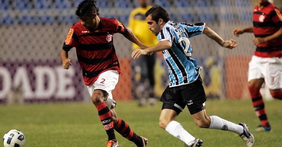 Leonardo Moura tenta passar por Escudero durante partida; Flamengo venceu o Grêmio por 2 a 0 e dorme na segunda posição