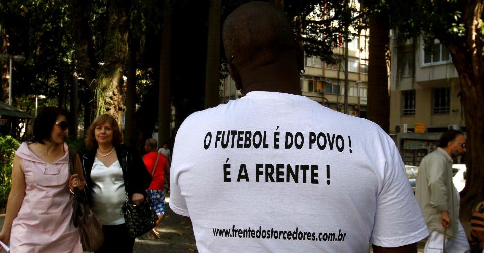 Manifestante mostra camisa de movimento contra Ricardo Teixeira durante ato público no Rio (30/07/2011)