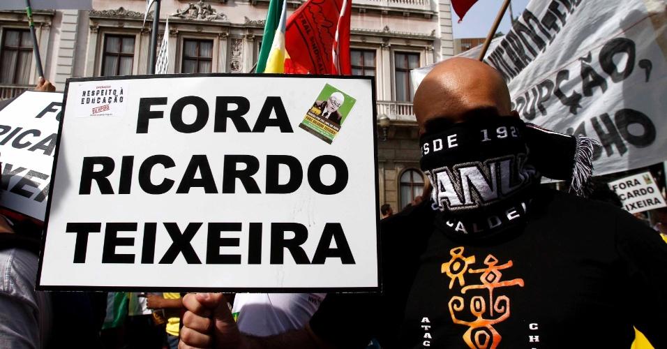Manifestante segura placa contra Ricardo Teixeira durante manifestação no Rio de Janeiro (30/07/2011)