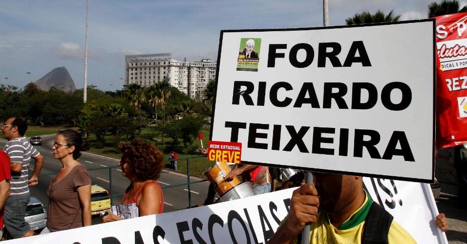 Manifestante usa máscara durante protesto contra Ricardo Teixeira no Rio (30/07/2011)