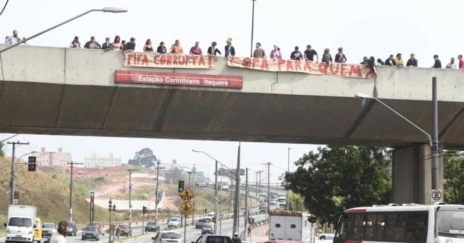 Manifestantes chamam a Fifa de corrupta em protesto contra os investimentos no estádio do Corinthians, em Itaquera (30/07/2011)