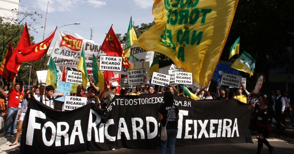 Manifestantes participam de protesto contra Ricardo Teixeira no Rio de Janeiro (30/07/2011)
