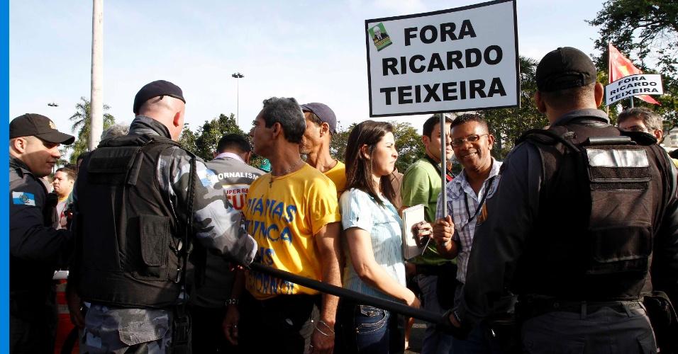 Manifestantes participam de protesto contra Ricardo Teixeira no Rio de Janeiroparticipam