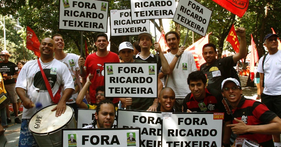 Manifestantes protestam contra o presidente da CBF, Ricardo Teixeira, no Largo do Machado, no Rio de Janeiro (30/07/2011)