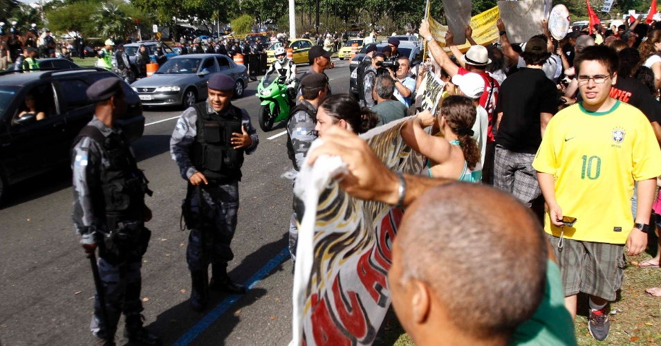 Polícia controla manifestação contra Ricardo Teixeira, que se uniu a protesto de professores no Rio de Janeiro (30/07/2011)